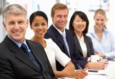 Hombres de negocios en oficina foto de archivo libre de regalías