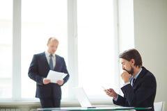 Hombres de negocios en oficina Foto de archivo