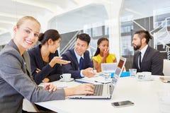 Hombres de negocios en taller de la comunicación imagenes de archivo