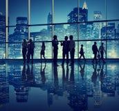 Hombres de negocios en un edificio de oficinas Fotos de archivo libres de regalías