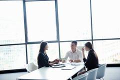 Hombres de negocios en una reunión en la oficina Imagen de archivo