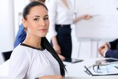 Hombres de negocios en una reunión en la oficina Foco en mujer del jefe Imagenes de archivo