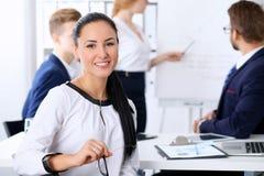 Hombres de negocios en una reunión en la oficina Foco en mujer del jefe Imagen de archivo