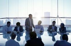 Hombres de negocios en una reunión y un funcionamiento junto