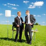 Hombres de negocios en una reunión en naturaleza Fotografía de archivo libre de regalías