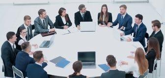 Hombres de negocios en una sala de conferencias fotografía de archivo libre de regalías
