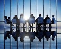 Hombres de negocios en una sala de conferencias Foto de archivo libre de regalías