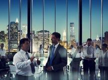 Hombres de negocios en una sala de conferencias imagen de archivo