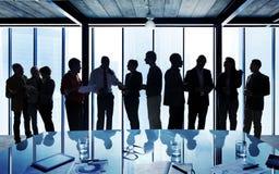 Hombres de negocios en una sala de conferencias Imagenes de archivo