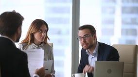 Hombres de negocios enojados descontentos que discuten el grito en mún abogado de la reunión del contrato metrajes