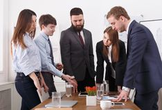 Hombres de negocios 11 Equipo de los jóvenes en oficina moderna Imágenes de archivo libres de regalías