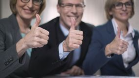 Hombres de negocios felices con los pulgares para arriba, satisfecho con la presentación acertada metrajes