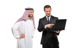 Hombres de negocios felices con un ordenador portátil Fotos de archivo