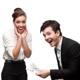 Hombres de negocios felices jovenes que sostienen el dinero Imágenes de archivo libres de regalías