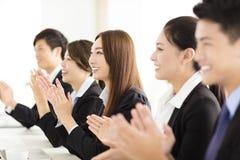 Hombres de negocios felices que aplauden en conferencia Fotos de archivo