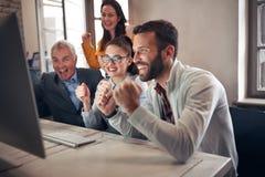 Hombres de negocios felices que celebran proyectos acertados fotos de archivo