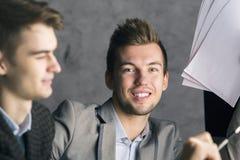 Hombres de negocios hermosos en el lugar de trabajo Foto de archivo