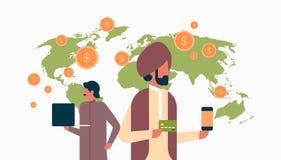 Hombres de negocios indios del e-pago del dinero de la transacción del concepto del mundo plano de la aplicación móvil del pago g ilustración del vector