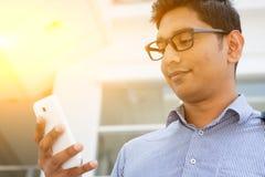 Hombres de negocios indios que usan smartphone Imagen de archivo libre de regalías