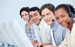 Hombres de negocios internacionales en un centro de atención telefónica Imagen de archivo libre de regalías