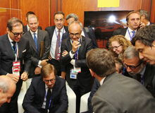 Hombres de negocios italianos, miembros del seminario de la delegación del negocio de la conferencia que miran el medios contenid Imagenes de archivo