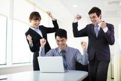 Hombres de negocios jovenes acertados foto de archivo libre de regalías