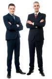 Hombres de negocios jovenes confiados aislados en blanco Imagen de archivo