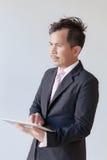 Hombres de negocios jovenes del retrato usando panel táctil Imagen de archivo