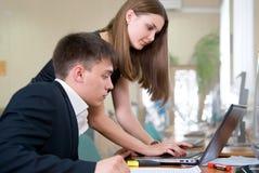 Hombres de negocios jovenes del trabajo en una clase del ordenador Imágenes de archivo libres de regalías