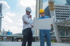 Hombres de negocios jovenes e ingenieros que analizan la construcción más projest Fotos de archivo libres de regalías