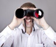 Hombres de negocios jovenes en camiseta con binocular negro Imagen de archivo libre de regalías