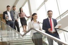 Hombres de negocios jovenes en las escaleras Imagen de archivo libre de regalías