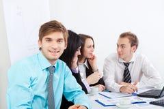 Hombres de negocios jovenes en oficina Fotos de archivo