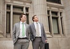 Hombres de negocios jovenes optimistas Foto de archivo libre de regalías