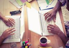 Hombres de negocios jovenes que trabajan en los ordenadores portátiles Fotos de archivo libres de regalías