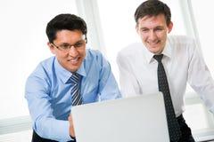 Hombres de negocios jovenes que trabajan en oficina Imagen de archivo libre de regalías