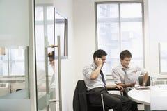 Hombres de negocios jovenes relajados en la reunión casual Foto de archivo libre de regalías