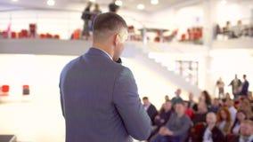 Hombres de negocios de la audiencia del seminario de la etapa, conferencia que hace frente al entrenamiento del hombre de negocio almacen de metraje de vídeo