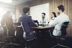 Hombres de negocios de la conferencia en sala de reunión moderna fotos de archivo