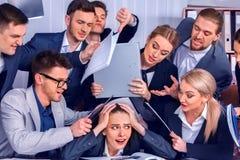 Hombres de negocios de la oficina La gente del equipo es infeliz con su líder imágenes de archivo libres de regalías