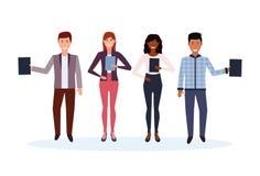 Hombres de negocios de la raza de la mezcla que sostienen la carpeta que coloca junto el personaje de dibujos animados hembra-var stock de ilustración