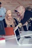 Hombres de negocios de lanzamiento creativos jovenes en la reunión en la oficina moderna que hace planes y proyectos fotografía de archivo