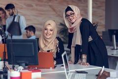 Hombres de negocios de lanzamiento creativos jovenes en la reunión en la oficina moderna que hace planes y proyectos foto de archivo