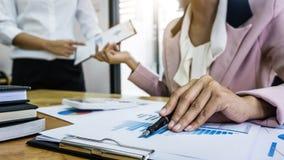 Hombres de negocios de lanzamiento de la reunión de reflexión del grupo en el encuentro al planni imagen de archivo libre de regalías
