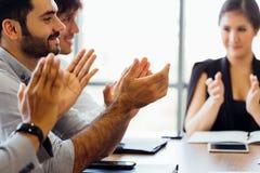 Hombres de negocios de las manos de las palmadas y aplaudir en el encuentro fotografía de archivo libre de regalías