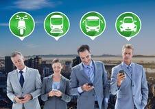 Hombres de negocios de los iconos del transporte en los teléfonos en ciudad Fotografía de archivo