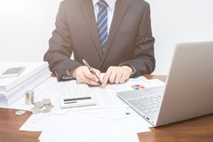 Hombres de negocios masculinos que explican datos tabulares fotografía de archivo libre de regalías