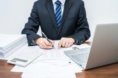 Hombres de negocios masculinos que explican datos tabulares foto de archivo libre de regalías