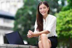 Hombres de negocios - mujer en el ordenador portátil en Hong Kong Fotos de archivo libres de regalías