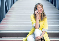 Hombres de negocios - mujer en el teléfono elegante Oficinista de la mujer de negocios que habla en la sonrisa del smartphone fel Foto de archivo libre de regalías